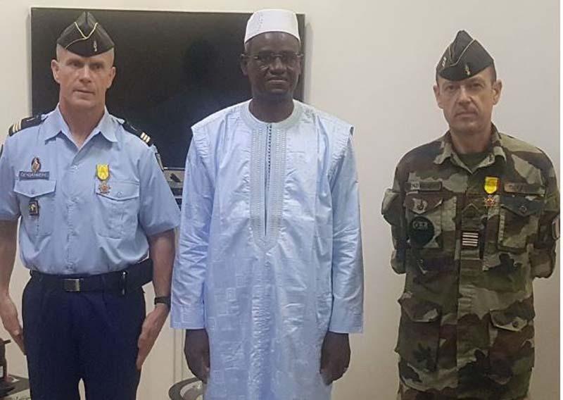 Ministère de la Sécurité et de la Protection civile : la médaille de Chevalier de l'Ordre national remise à deux officiers français